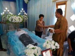 Hadiri Ibadah Pemakaman di Sawangan, Wabup RD Serahkan Dana Duka