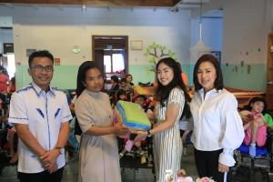 Keluarga Liow-Wenur memberikan bantuan