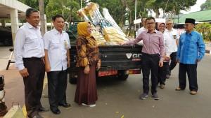 Senator SBANL bersama pimpinan DPD-RI yang menyerahkan bantuan