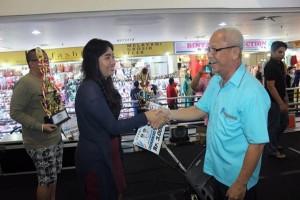 Kadispora Manado, Laurens Umboh saat menyerahkan hadiah kepada salah satu pemenang lomba saat kegiatan tahun 2017 lalu
