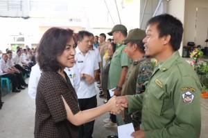 Ketua DPRD Tomohon Ir Miky JL Wenur MAP menyerahkan Insentif Linmas