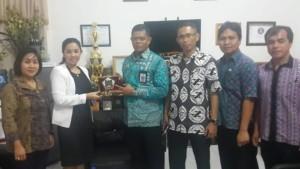 Ketua Komisi III Ladys F Turang SE tukar cenderamata dengan Dinas Pendidikan Kota Makasar