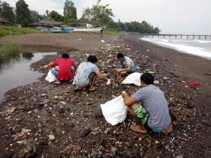 Mahasiswa Polimdo membersihkan lingkungan