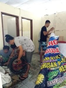 Mahasiswa Polimdo membersihkan toilet