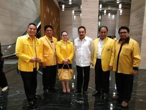 Wali Kota Tomohon bersama sesepuh dan pengurus Partai Golkar