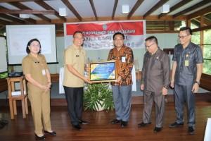 Wali Kota Tomohon menerima penghargaan dari Menteri Keuangan RI