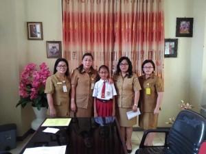 Gabriella berama Kadis Dikbud, Kabid Pendidikan dasar serta kepala sekolah dan guru pendamping
