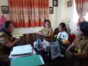 Gabriela Nainggolan didampingi Kepala Sekolah SD St Clara Tomohon Lucia Macrien Supit SPd dan Guru Pendamping Martha Sewow SPd menerima pengarahan dari Kadis Dikbud.