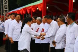 Wali Kota Tomohon saat menerima penghargaan dari Menteri Puan Maharani