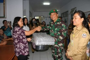 Wali Kota Tomohon menyerahkan bantuan kepada peserta pelatihan