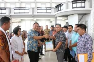 Wali Kota Eman menyerahkan hasiah pemenang lomba dalam rangka Hapsa P/KB GMIm Wilayah Tomohon Satu