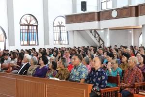 Wali Kota Jimmy F Eman  SE Ak beribadah di GMIM ''Nazareth'' Matani