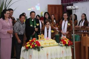 Wakil Wali Kota Tomohon meniup lilin ulang tahun