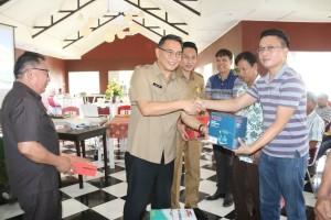 Wali Kota Tomohon menyerahkan bantuan peralatan kepada kelompok pengrajin souvenir bahan dasar kayu