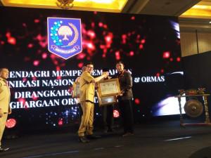 Berhasil Bina Ormas, Gubernur Sulut Terima Penghargaan dari Mendagri