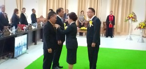 Ketua DPRD Tomohon Ir Miky JL Wenur menyematkan Pin anggota DPRD