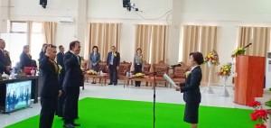 Kedua anggota dewan mengucapkan janji dipandu Ketua DPRD Ir Miky JL Wenur