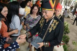 Wali Kota Tomohon Jimmy F Eman SE Ak membagikan Alkitab yang baru diluncurkan