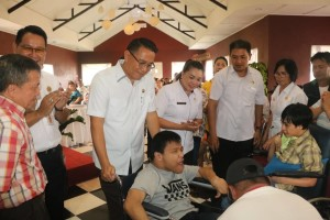 Wali Kota Tomohon menyerahkan bantun kepada penyandang cacat