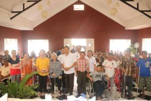 Wali Kota Tomohon bersama Kadis Sosial, tenaga ahli penyandang cacat dan penyandang cacat