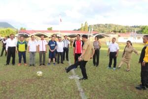 Wali Kota Tomohon  Jimmy F Eman SE Ak  menendang bola tanda Wali Kota cup dimulai