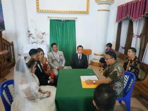 Wali Kota Tomohon saat melakukan pencatatan pernikahan Michael dan chitra