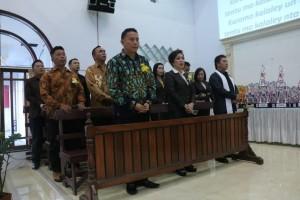 Wali Kota Jimmy F Eman SE Ak dan Ketua DPRD Ir MIky JL Wenur mAP dalam ibadah