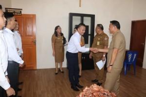 Wali Kota Tomohon saat menerima kedatangan lima putr-putri yang akan ikut Diklat di BP3 Palembang