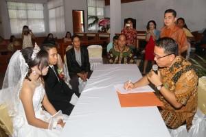 Wali Kota Tomohon Jimmy F Eman SE Ak  didampingi Kadis Dukcapil Albert J Tulus saat mencatat pernikahan