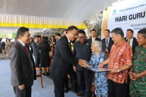 Wali Kota Tomohon menyerahkan penghargaan kepada orang tertua di Kota Tomohon