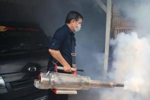 Cegah DBD, Wali Kota Vicky Lumentut Turun Langsung Lakukan Fogging