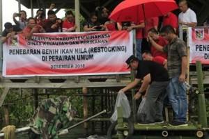 RD Sebarkan 100 Ribu Bibit Ikan di Danau Tondano