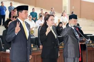 Tiga Anggota DPRD Yang Resmi Diambil Sumpah dan janji yakni Ridle Merentek (kiri), Ane S Langi ( Tengah), Jantje Butje Aseng (kanan). (Foto ist)