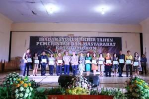 Pemerintyah Kota Tomohon bersama penghargaan yang diterima di tahun 2018