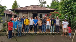 Pnt Ir Stefanus BAN Liow MAP bersama Komisi P/KB GMIM ''Imanuel'' Walian di depan rumah yang akan dibedah