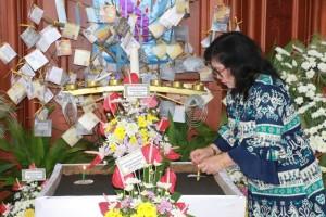 Ketua DWP Tomohon memasang Lilin Natal