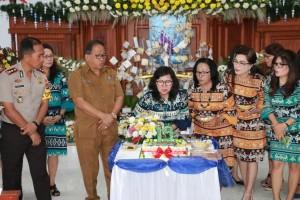 Meniup Lilin HUT ke-19 Dharma Wanita Persatuan