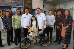 Hadiah sepeda bagi  Kuis Tomohon Science Festival