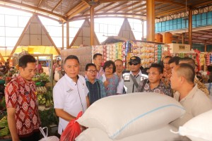 Wali Kota Tomohon Jimmy F Eman SE Alk didampingi para pejabat saat memantau Pasar Tomohon