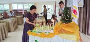 Ketua KONI Tomohon Ir Miky JL Wenur MAP memasang lilin