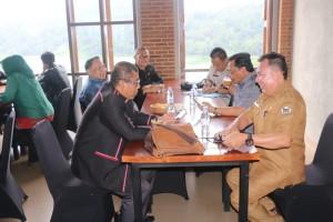 Komisi II DPR-RI berbincang-bincang dengan Asisten Bidang  Pperekonomian