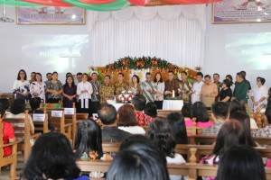 Jajaran Pemkot Tomohon membawakan puji-pujian dalam ibadah