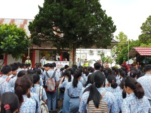 Siswa-siswa mendengarkan materi sosialisasi