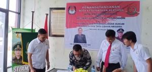 Ketua KPU Drs Harryanto Lasut MAP menandatangani nota kesepahaman