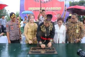 Wali Kota Tomohon menandatangani prasasti