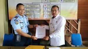 Kepala Dinas Kepemudaan dan Olahraga Kota Tomohon dan Kepala LPKA Tomohon usai menandatangani perjanjian kerja sama