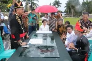 Wali Kota melakukan pencatatan perkawinan 20 pasang suami istri di Taman Kabasaran
