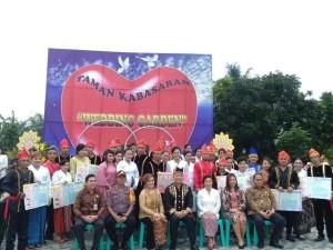 Wali Kota bersama 20 pasang suami-istri yang baru dicatat bersanma Forkpimda dan jajaran Pemkot Tomohon