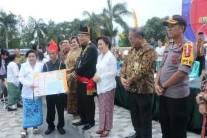 Wali Kota Tomohon menyerahkan dokumen kependudukan