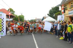 Wali Kota Tomohon JImmy F Eman SE Ak melepas peserta lomba lari 5 kilometer